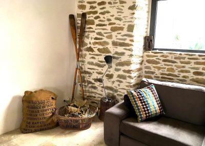 Coin salon avec 2 canapés pour un moment de lecture ou l'apéritif près du poêle à bois