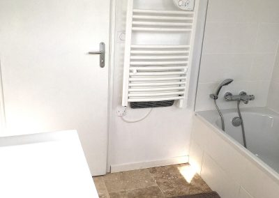 Salle de bains N°2 de l'étage avec baignoire et WC