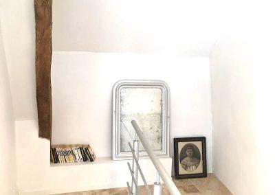 Livres disponibles en haut de l'escalier conduisant à l'étage