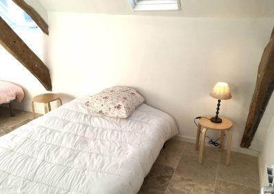 """Chambre N°4 (""""le dortoir"""") à l'étage -1 lit double 140x190 et 2 lits simples 90x190"""